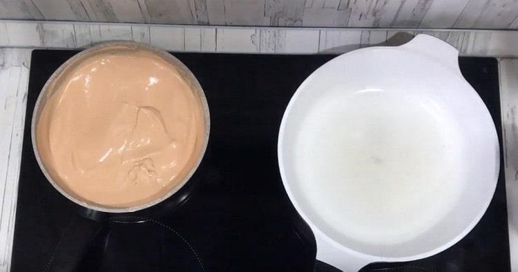 В одну сковороду выливаем смесь сметаны и томатной пасты, добавляем молоко, доводим до кипения.