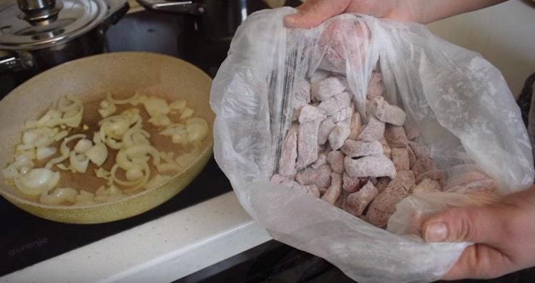 Мясо панируем в муке, это удобно сделать в пакете.