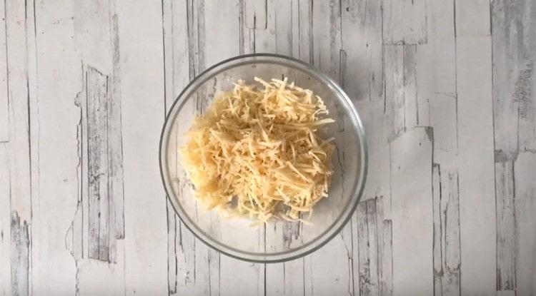 На терке натираем твердый сыр.