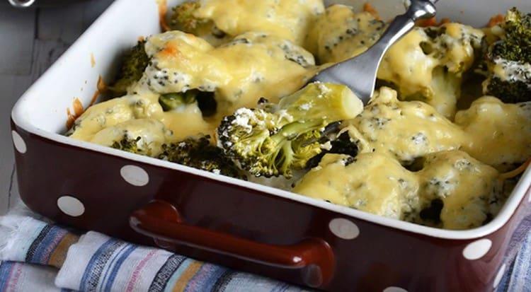 Аппетитная брокколи в духовке с сыром готова.