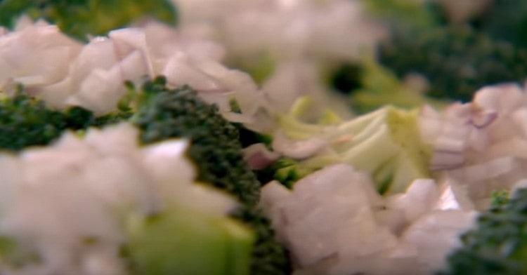 Измельчаем лук-шалот и добавляем к брокколи.