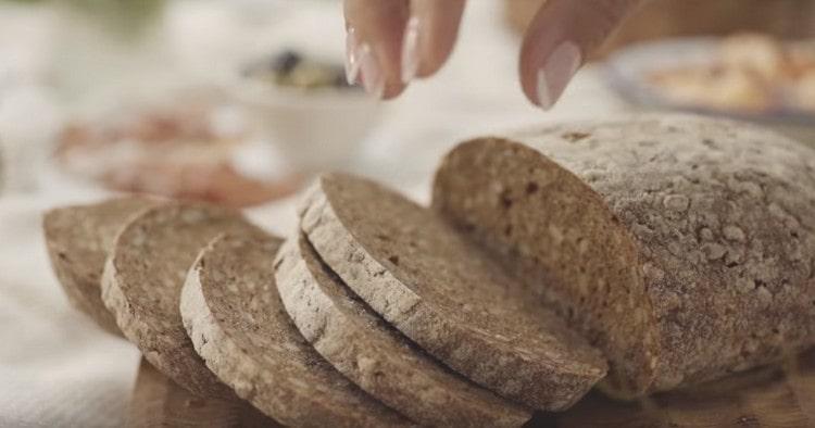 Режем ломтиками хлеб.