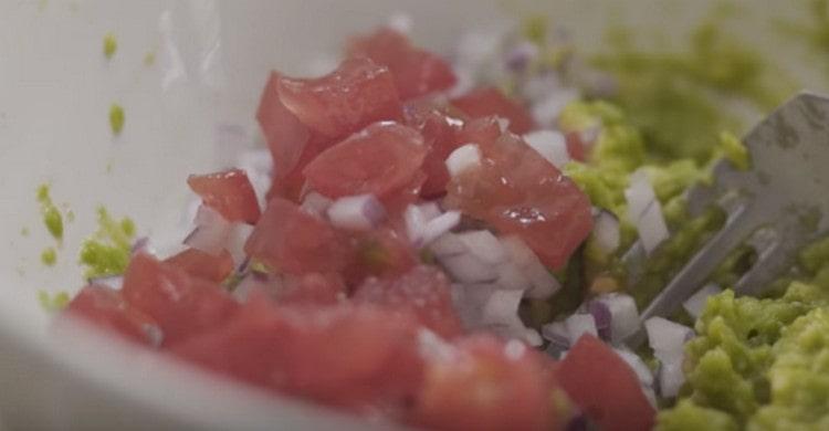 Добавляем нарезанные мелкими кусочками лук и помидор.