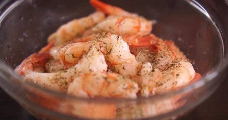 Креветки чистим и маринуем с соли и перце.