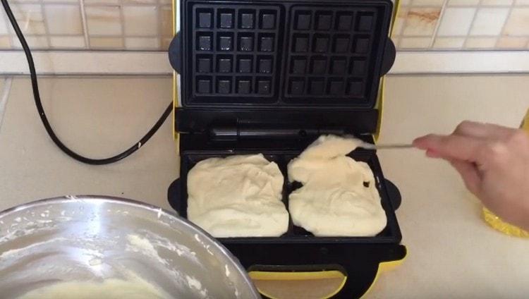 Выкладываем тесто в форму.