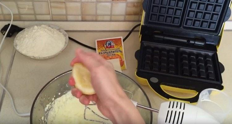 Добавляем лимонный сок.