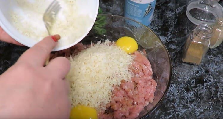 Добавляем промытый рис.