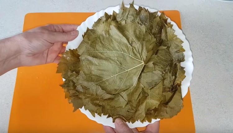 Далее нужно дать стечь всей жидкости с листочков.