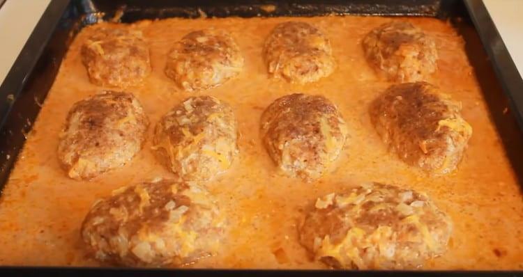 Ленивые голубцы в томатно-сметанном соусе, приготовленные в духовке, получаются нежными и сочными.