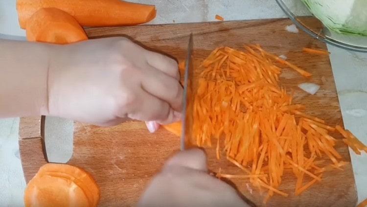 Мелкой соломкой нарезаем морковь.