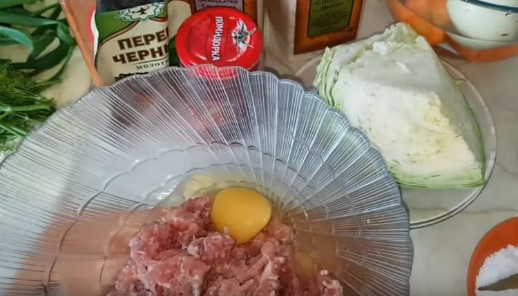 К фаршу добавляем яйцо.