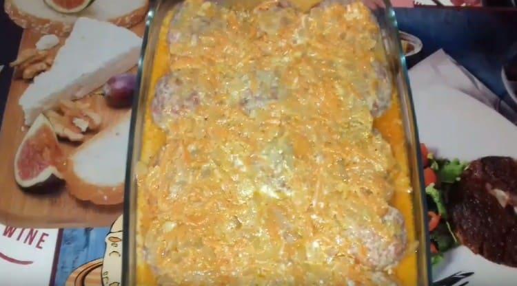 Далее выкладываем тефтели и покрываем оставшимся соусом.