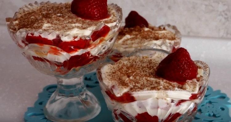 Готовый десерт с маскарпоне посыпаем какао и украшаем ягодами.