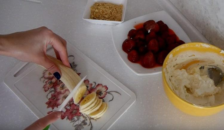 нарезаем тонкими кружочками банан.