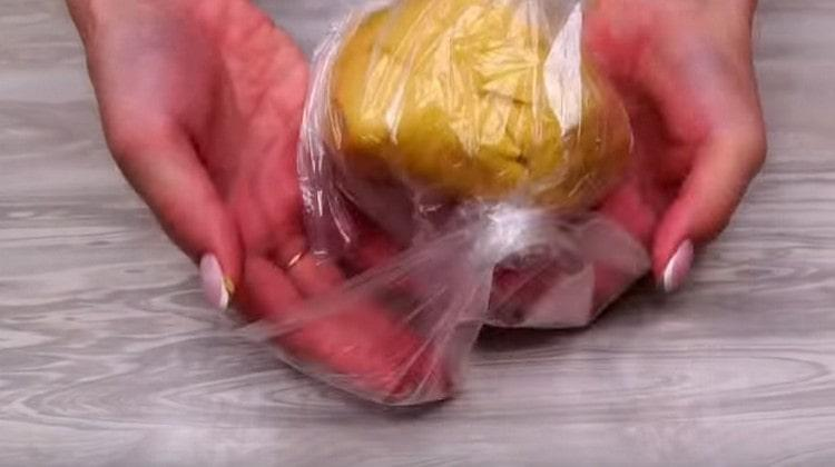 Заворачиваем тесто в пакет и оставляем минут на 40.