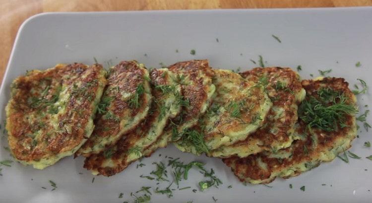 Подавать такое блюдо можно с зелень, а также со сметаной или другими соусами.