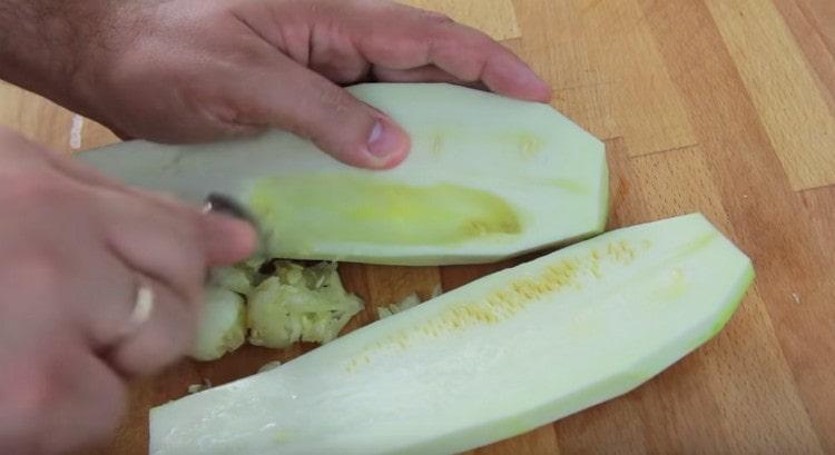 Желательно также удалить из кабачков семена.