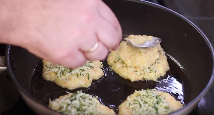 Начинку покрываем еще одной ложкой картофельного теста.