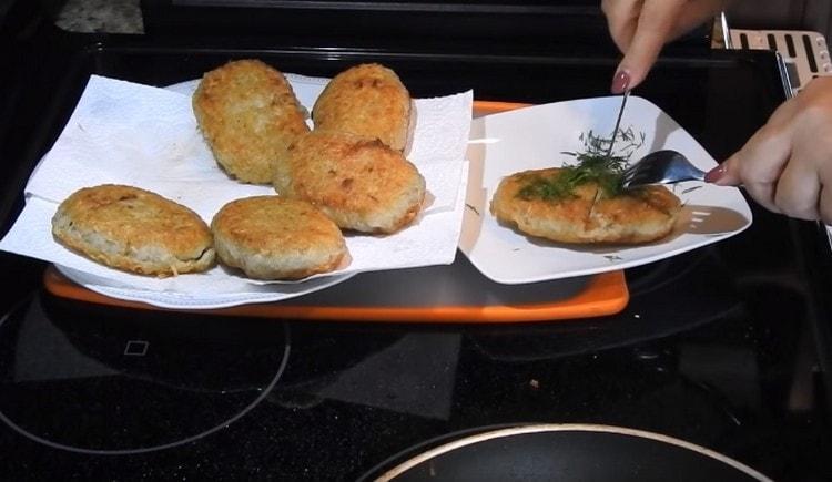 Картофельные драники с фаршем получаются не просто вкусными, но также и очень сытными.