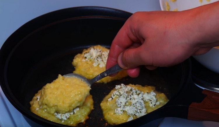 на каждую заготовку выкладываем немного сырной начинки и закрываем ее еще одной порцией картофельного теста.