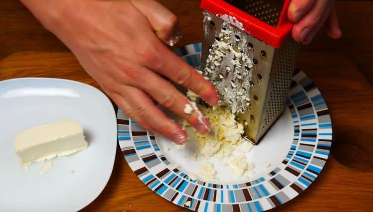 Сыр фета натираем на терке.