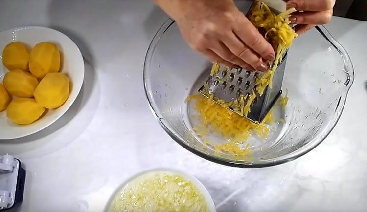 На терке натираем картофель.