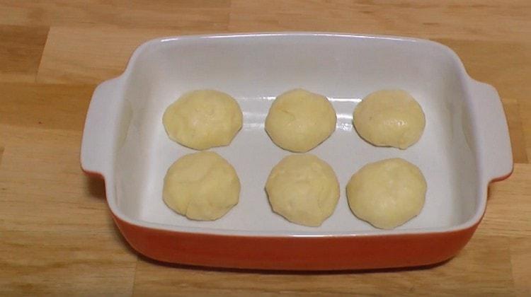 Из дрожжевого теста, приготовленного на воде, можно печь и булочки, и пирожки.