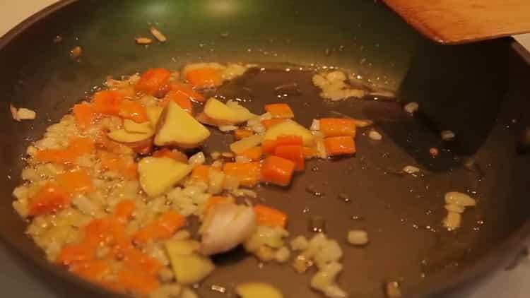Для приготовления риса с креветками обжарьте овощи