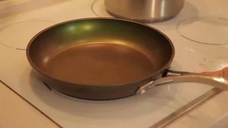 Для приготовления риса с креветками разогрейте духовку