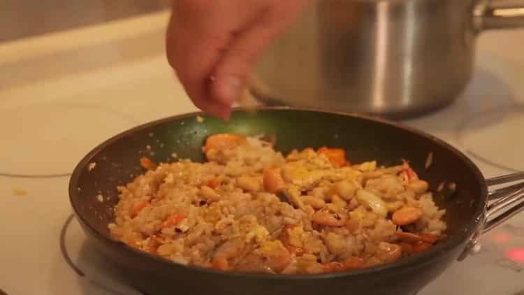 Для приготовления риса с креветками смешайте ингредиенты