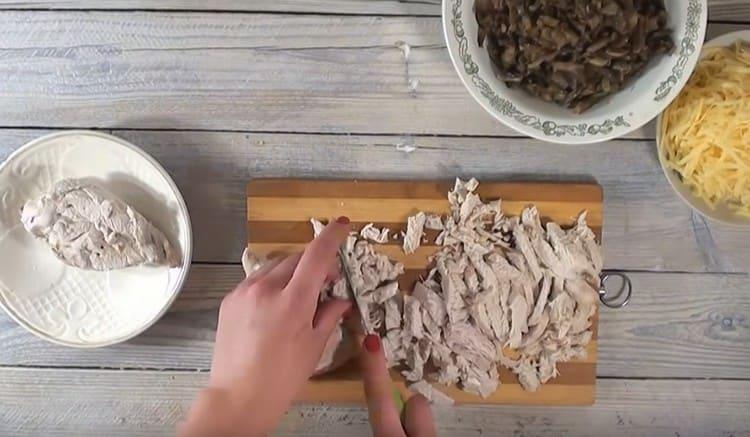 Нарезаем мелко отварное куриное филе.