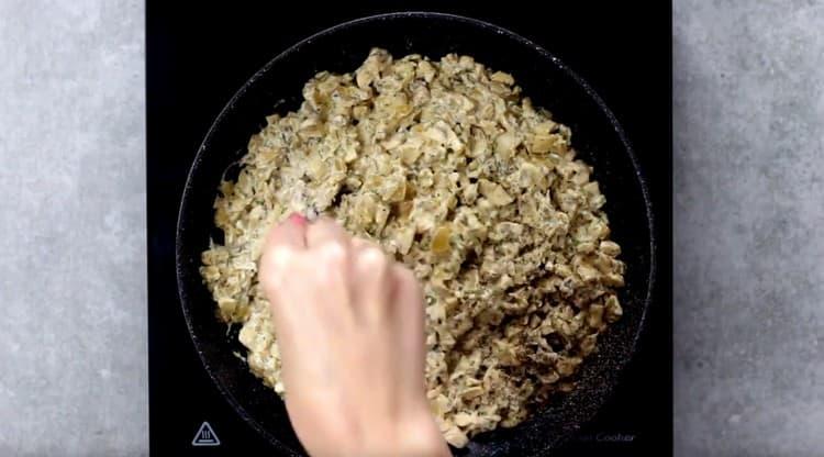 Солим и перчим грибы со сметаной и луком, а затем выключаем.