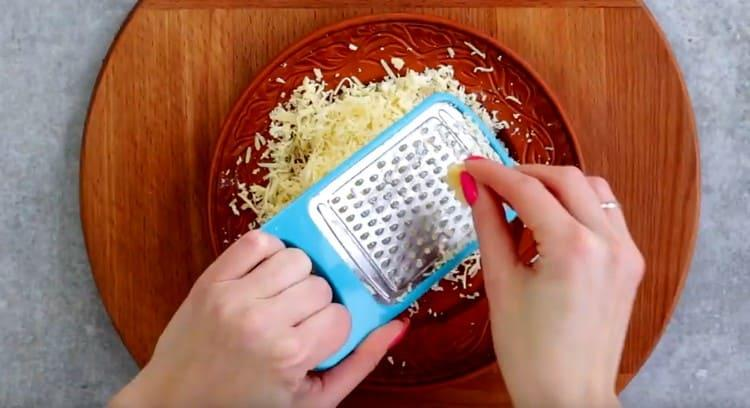 Натираем на терке сыр.