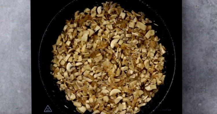 Обжариваем грибы с луком, чтобы испарилась жидкость.