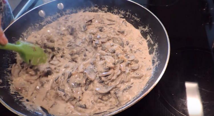 Несколько минут готовим блюдо до загустения.