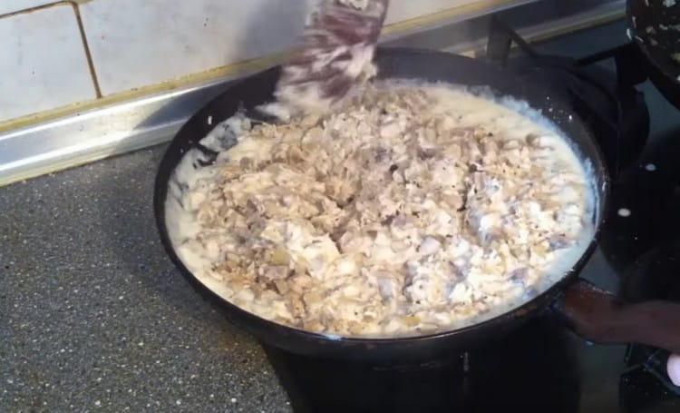 Выкладываем в соус ранее подготовленные ингредиенты и перемешиваем.