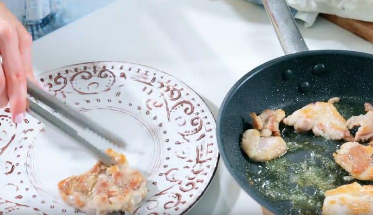 Перекладываем обжаренную курицу на тарелку, оставляем немного остыть.