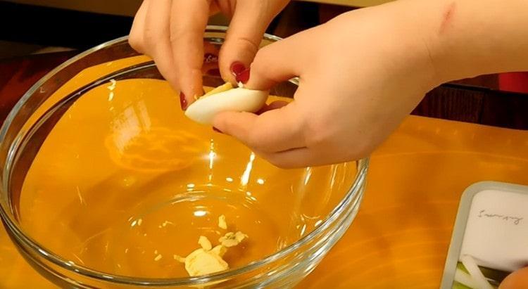 разрезаем каждое яйцо пополам и аккуратно достаем желтки.
