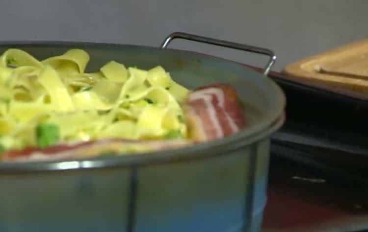 Для приготовления лапши выложите ингредиенты в форму