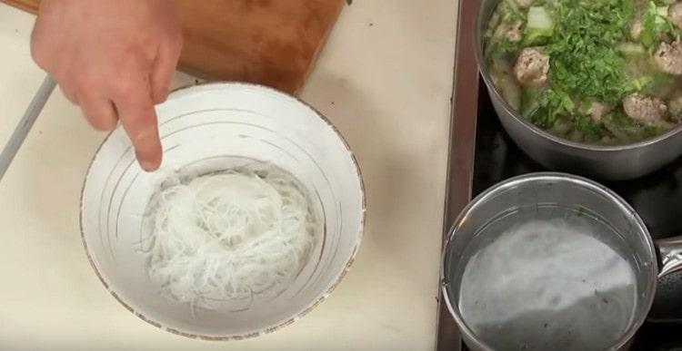 Затем перекладываем лапшу в тарелку для подачи супа.