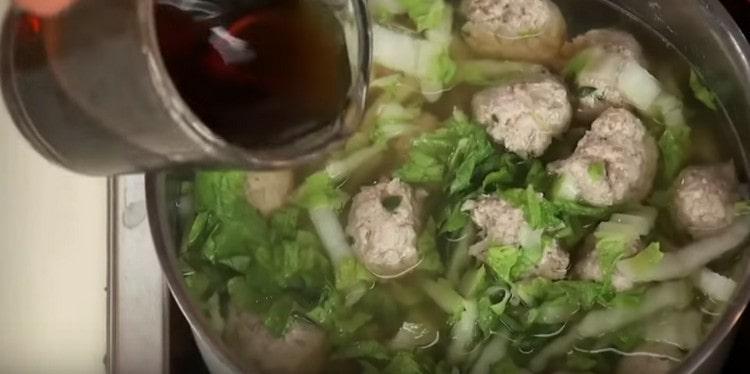 В суп выкладываем нарезанную пекинскую капусту и добавляем соевый соус.