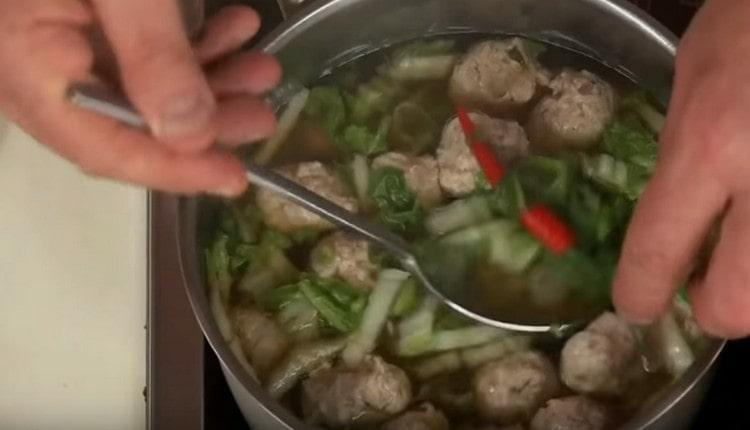 Добавляем в суп также острый перец.