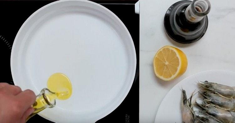 Разогреваем сковороду, наливаем растительное масло.