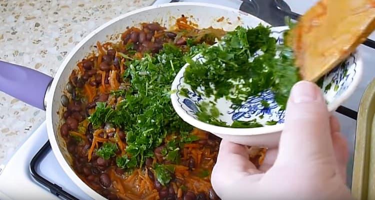 В почти готовое блюдо добавляем петрушку.