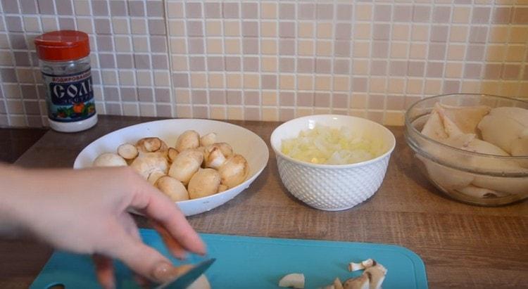 Нарезаем мелким кубиком грибы.