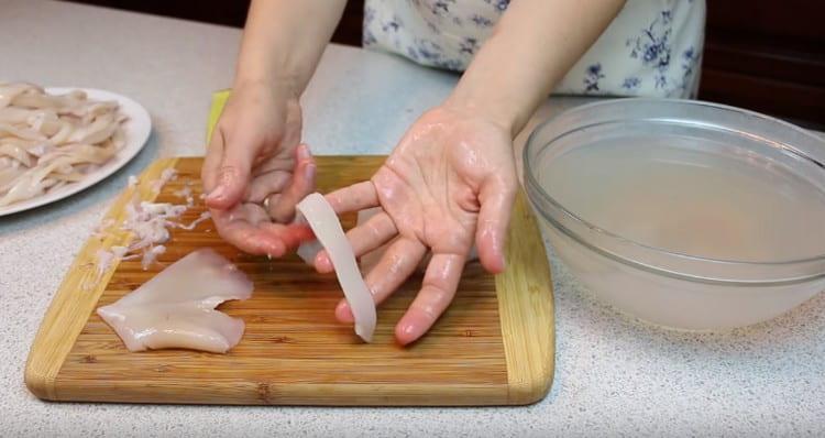 Нарезаем морепродукты полосками или кольцами.