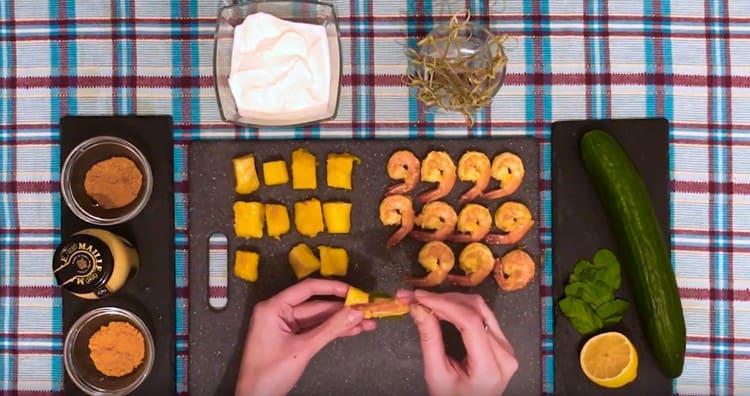 На шпажку нанизываем креветку, листик мяты и кусочек манго.