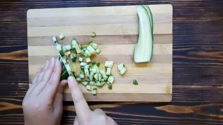 Для приготовления окрошки подготовьте ингредиенты