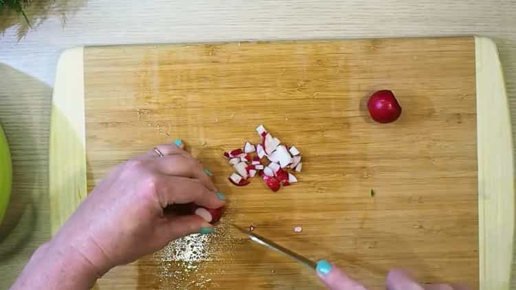 Для приготовления окрошки нарежьте редис