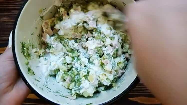 Для приготовления окрошки добавьте сметану